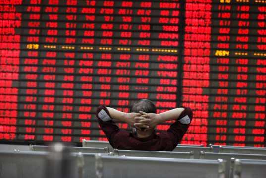 Investor beobachtet die Schalttafel an einer Börse. China-Fonds. Chinesische Aktien.