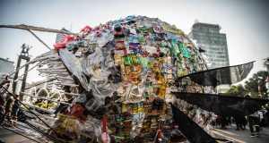 Gegen Plastikmüll: Greenpeace arbeitet mit NGO's zusammen, um ein riesiges Plastik-Monster zu schaffen, das gegen Einwegplastik in Jakarta demonstriert.