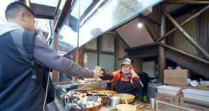 Mobile Payment in Asien nimmt zu: Street Food, bezahlt mit dem Smartphone (Quelle: B.Zhou/Shutterstock.com)