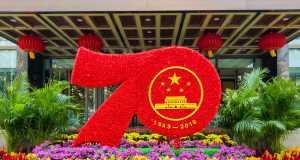 Peking, China, Blumenbeete zum China Jubiläum (Quelle: Maliao/Shutterstsock.com)