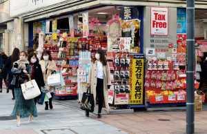 Japan Coronavirus. Menschen, die Atemschutz tragen.