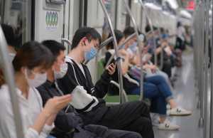 Shanghai/China, Vorsichtsmaßnahmen für Covid-19, Mai 2020: Menschen in der U-Bahn