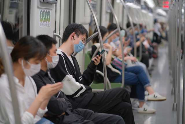 Shanghai/China, Covid-19 precautions, May 2020: Passengers in subway (Source: Robert Way/Shutterstock.com)